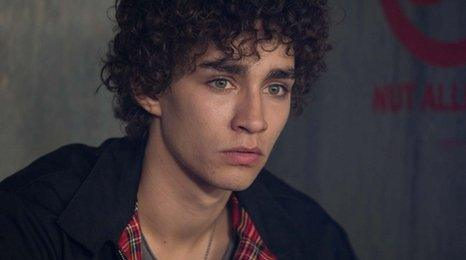 Robert Sheehan age, Birthday, Height, Net Worth, Family, Salary