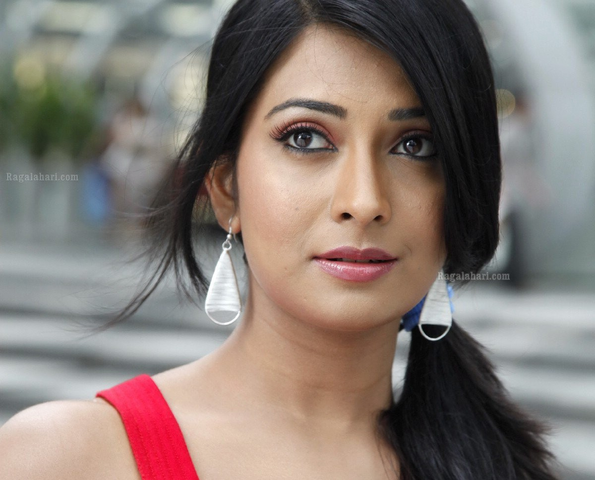 Radhika Pandit age, Birthday, Height, Net Worth, Family, Salary